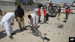 27일 폭탄 테러가 발생한 파키스탄 카라치에서 조사관들이 사건 현장을 수색하고 있다.