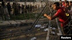 4일 이집트 수도 카이로에서 무르시 전 대통령 지지자들이 시위진압에 나선 보안군과 대치하고 있다.
