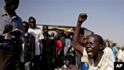 苏丹南部的一名男子在投票站外高呼拥护独立的口号