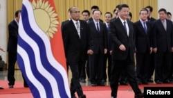 中国国家主席习近平在北京人大会堂与基里巴斯总统塔内希·马茂出席欢迎仪式。(2020年1月6日)