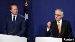 澳大利亞移民與邊境保護部部長杜敦(左)和總理特恩布爾(資料圖片)
