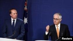 澳大利亚移民与边境保护部部长杜敦(左)和总理特恩布尔答记者问 - 资料