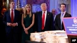 Donald Tramp sa decom pred prvu konferenciju za novinare u poslednjih šest meseci, Njujork 11. januar 2017.