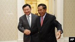 ທ່ານ Hun Sen ນາຍົກລັດຖະມົນຕີກໍາປູເຈຍ (ຂວາ)