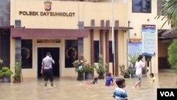 Kantor Polsek Dayeuhkolot ikut terendam banjir, 14/4 (foto: VOA/Wulan).