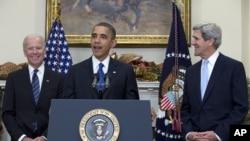 美國總統奧巴馬(中)宣佈提名克里(左)擔任下一任國務卿﹐右為副總統拜登。