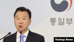정준희 한국 통일부 대변인이 18일 정례브리핑에서 북한 현안에 대한 기자들의 질문에 답하고 있다.