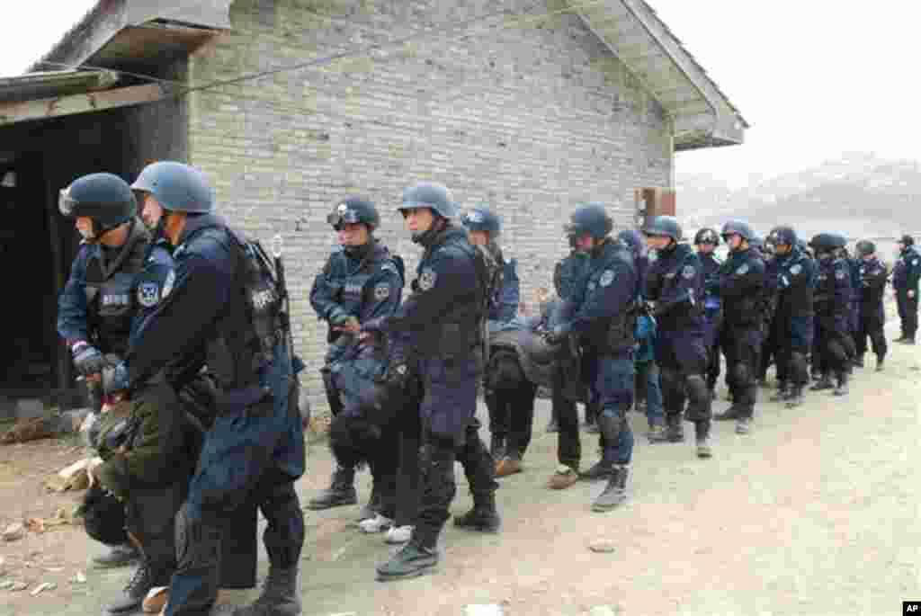 中国警方镇压西藏僧侣照片