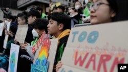 Des élèves tiennent des pancartes lors d'un rassemblement pour une grève mondiale pour le climat à Séoul, Corée du Sud, le 15 mars 2019.