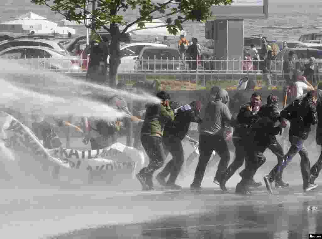 Người biểu tình ở Istanbul, Thổ Nhĩ Kỳ đụng độ với cảnh sát khi định phản đối Thủ tướng Tayyip Erdogan và lập trường của ông đối với Syria.