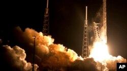 1月10日天亮前佛州卡纳维拉尔飞船推进器升空瞬间。