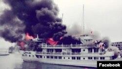 Tàu du lịch bị cháy ở Vịnh Hạ Long (ảnh Facebook Vương Chip)