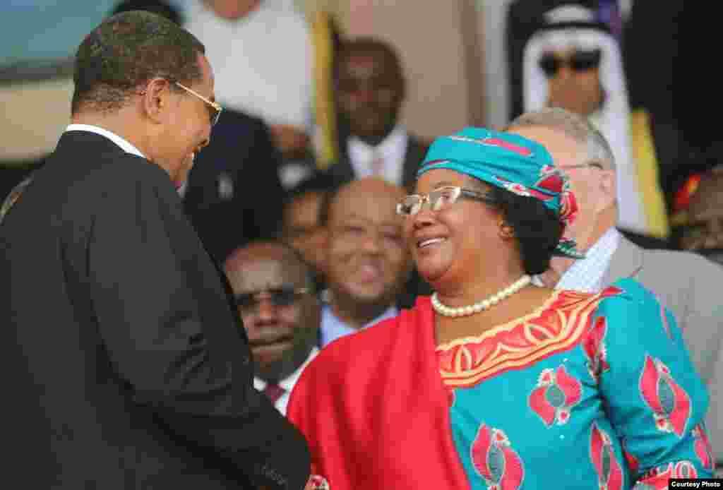 Rais Jakaya Kikwete wa Tanzania akimkaribisha Rais Joyce Banda wa Malawi katika sherehe za Muungano April, 25 2014