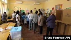 Eleitores em fila para votar na manhã de 23 de Agosto em Luanda.