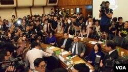 約100名香港大學及學聯學生衝入港大校務委員會會議場地,抗議維持「等埋首席副校」的決定。(美國之音湯惠芸)