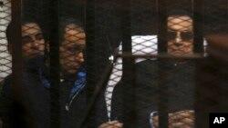 Bivši egipatski predsednik Hosni Mubarak za vreme saslušanja u sudu