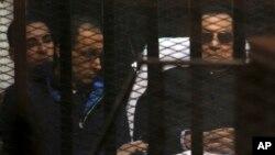 Misr sobiq rahbari Husni Muborak o'g'lilari bilan
