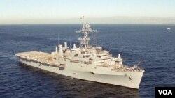 Kapal Induk Angkatan Laut Amerika USS Cleveland berlayar di Samudera Pasifik, Jumat (4/3).