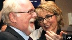 El candidato demócrata Ron Barber recibe las felicitaciones de la ex representante Gabrielle Giffords, al ganar las elecciones en Arizona, el martes 12 de junio de 2012.