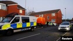 Mobil polisi terlihat di dekat sebuah rumah di Manchester, Inggris, 1 Januari 2018.