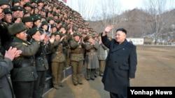 '오중흡7연대' 칭호를 받은 인민군 323군부대를 시찰하는 북한 김정은 국방위원회 제1위원장. 조선중앙통신이 21일 보도했으며, 촬영일시는 밝히지 않았다.