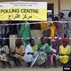 Para warga Sudan selatan antri di tempat pemungutan suara di ibukota Sudan selatan, Juba.