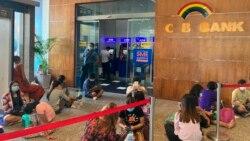 ရန္ကုန္၊ Myanmar Plaza ရွိ CB ဘဏ္ ATM တြင္ ေငြထုတ္ရန္ ေစာင့္ေနသူမ်ား။ ေမ ၁၁၊ ၂၀၂၁။