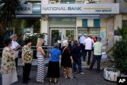 Редица пред банкомат во Атина