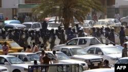 Cảnh sát vũ trang tuần tra trên đường phố Khartoum, ngày 30/1/2011.Những người mục kích cho biết cảnh sát đã đánh đập và bắt giữ các sinh viên ở trung tâm Khartoum