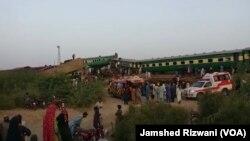 صادق آباد میں ٹرین حادثے کے بعد جائے حادثہ پر لوگ جمع ہیں۔