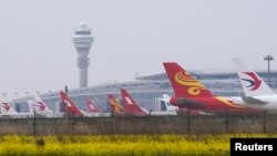 Máy bay của các hãng hàng không China Eastern Airlines, Shanghai Airlines và Hong Kong Airlines tại phi trường quốc tế Phú Đông, Thượng Hải, Trung Quốc.