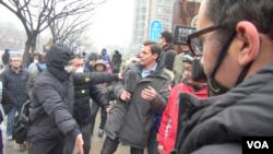 現場警察和便衣驅趕外國記者(美國之音何拍攝)
