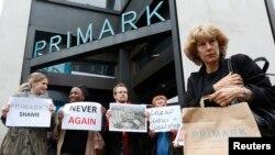 """英國倫敦""""普里馬克""""公司門外也有人悼念孟加拉工廠大樓倒塌受害者"""