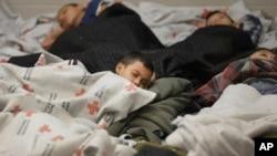 Deca imigranti spavaju na podu pritvornog centra u Teksasu