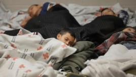 18 qershor 2014, fëmijë imigrantë të arrestuar duke fjetur në një qendër imigrantësh në Teksas