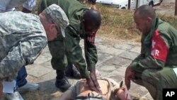 Des militaires américains forment des militaires congolais lors d'un exercice d'Africom à Kinshasa, RDC, octobre 2010.
