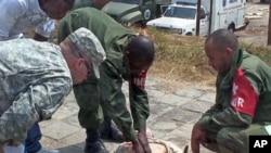 Wanajeshi wa Jamhuri ya Kidemokrasia ya Kongo wakipatiwa mafunzo ya matibabu na wanajeshi wa Marekani kutoka kikosi cha AFRICOM