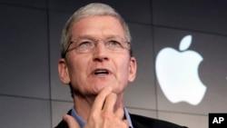 ປະທານກຳມະການບໍລິສັດຄອມພິວເຕີ Apple ທ່ານ Tim Cook ຕອບຮັບຄຳຖາມ ໃນກອງປະຊຸມ IBM ທີ່ສູນກາງໃຫຍ່ Watson ໃນ New York.