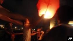 温州广场上有人放灯,灯上写有对遇难者的祝愿