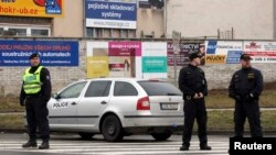 Polisi berdiri di dekat lokasi penembakan di kota Uhersky Brod, Ceko (24/2).