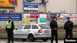 24d일 체코 동부 마을에 총격 사건이 발생한 가운데, 경찰이 사건 현장 인근에서 대기하고 있다.