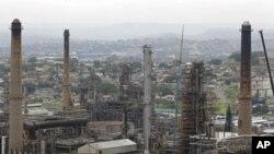 南非德班城外的石油加工厂烟囱林立