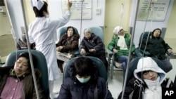 中國病人在北京一家醫院接受治療
