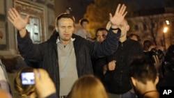 Ông Alexei Navalny, nhà hoạt động chống tham nhũng nói chuyện với những người ủng hộ ông
