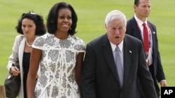 Michelle Obama y el embajador de Estados Unidos Louis B. Susman llegan al Palacio de Buckingham.