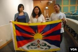 香港與西藏同行發起人許先茗(中)與兩位義工嚴敏華(左)及阿昌籌辦第二屆香港西藏電影節