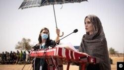 Nữ diễn viên - Đặc phái viên LHQ Angelina Jolie, phát biểu tại trại tị nạn Goudebou, Burkina Faso, vào ngày 20/6/2021.