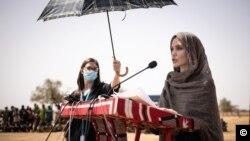 Mcheza filam wa Marekani Angelina Jolie, ambaye ni mwakilishi maalum wa UNHCR, akitoa taarifa kwenye kambi ya wakimbizi ilyo na wakimbizi 11,000 wa Mali kaskazini mwa Burkina Faso.