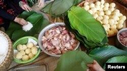 Hình minh họa - Gói bánh chưng là một hoạt động mang đậm bản sắc văn hóa Tết của người Việt.