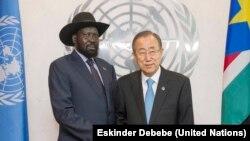 Le président Salva Kiir du Soudan du Sud, à gauche, et le Secrétaire général de l'ONU, Ban Ki-moon se saluent lors d'une rencontre au siège des Nations unies, à New York, Etats-Unis, 26 septembre 2014.